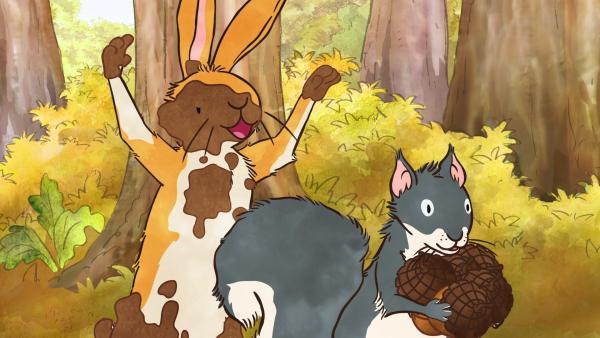 Der kleine braune Hase sieht wie ein sehr seltsames Matsch-Wesen aus. Damit überrascht er das kleine Grauhörnchen und jagt ihm einen großen Schrecken ein. | Rechte: KiKA/SLR Productions Australia Pty.Ltd./Scrawl Studios Pte Ltd./hr/ARD