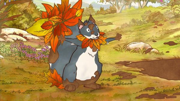 Das kleine Grauhörnchen springt in die Matsch-Pfütze. Dann dekoriert es sich mit Blättern, und fertig ist das Blätter-Wesen. | Rechte: KiKA/SLR Productions Australia Pty.Ltd./Scrawl Studios Pte Ltd./hr/ARD