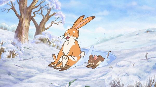 Der kleine braune Hase und die kleine Feldmaus spielen gemeinsam im frischen Schnee. | Rechte: KiKA/SLR Productions Australia Pty.Ltd./Scrawl Studios Pte Ltd./hr/ARD