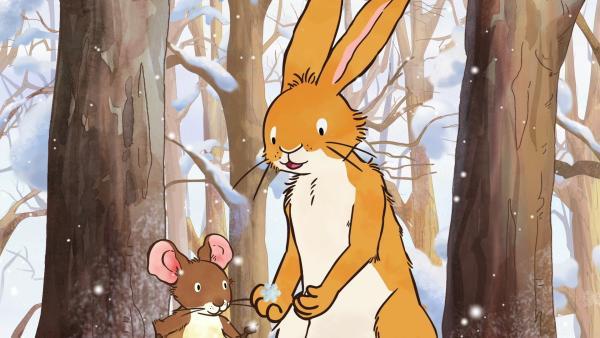 Die kleine Feldmaus und der kleine braune Hase betrachten Schneeflocken. Erstaunt stellen sie fest, dass jede eine andere wunderschöne Form hat.   Rechte: KiKA/SLR Productions Australia Pty.Ltd./Scrawl Studios Pte Ltd./hr/ARD
