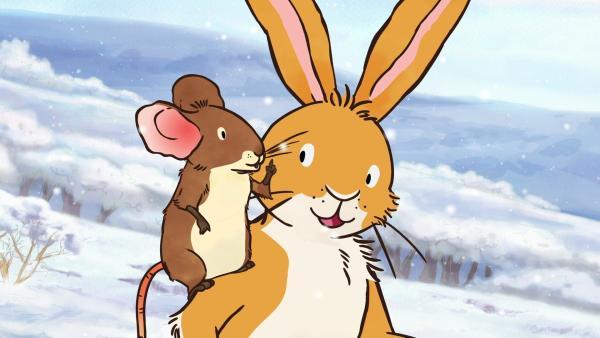 Der kleine braune Hase und die Feldmaus überlegen, wie sie dem großen braunen Hasen eine schöne Schneeflocke mitbringen können, ohne dass sie dabei schmilzt.   Rechte: KiKA/SLR Productions Australia Pty.Ltd./Scrawl Studios Pte Ltd./hr/ARD