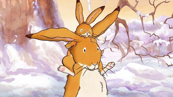 Der große braune Hase trägt auf seinen Schultern den kleinen braunen Hasen durch den Schnee. | Rechte: KiKA/SLR Productions Australia Pty.Ltd./Scrawl Studios Pte Ltd./hr/ARD