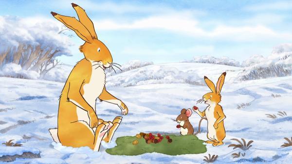Die beiden braunen Hasen und die kleine Feldmaus machen auf der Moosdecke ein Picknick im Schnee. | Rechte: KiKA/SLR Productions Australia Pty.Ltd./Scrawl Studios Pte Ltd./hr/ARD
