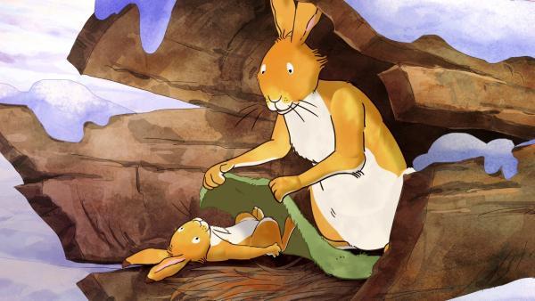 Der große braune Hase deckt den kleinen braunen Hasen mit einer Moosdecke zu. | Rechte: KiKA/SLR Productions Australia Pty.Ltd./Scrawl Studios Pte Ltd./hr/ARD