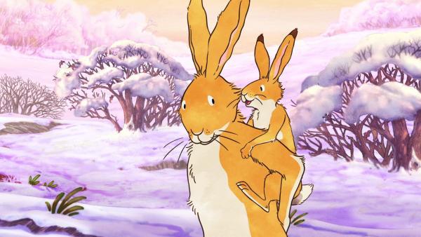 Der große braune Hase trägt den kleinen braunen Hasen im Huckepack durch die winterliche Landschaft. | Rechte: KiKA/SLR Productions Australia Pty.Ltd./Scrawl Studios Pte Ltd./hr/ARD