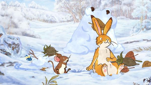 Die kleine Feldmaus und der kleine braune Hase haben Tiere aus Schnee geformt. | Rechte: KiKA/SLR Productions Australia Pty.Ltd./Scrawl Studios Pte Ltd./hr/ARD