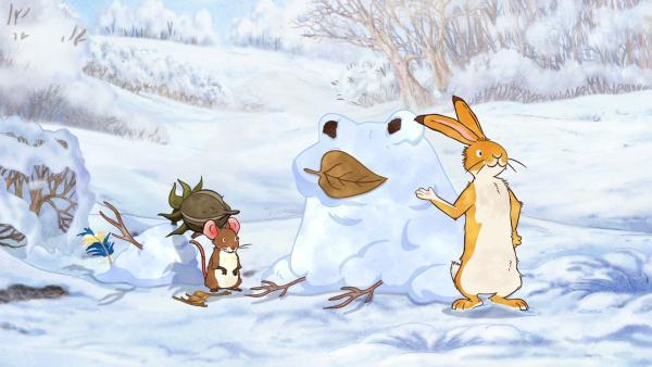 Die kleine Feldmaus und der kleine braune Hase sind stolz auf ihre Schnee-Tiere. | Rechte: KiKA/SLR Productions Australia Pty.Ltd./Scrawl Studios Pte Ltd./hr/ARD