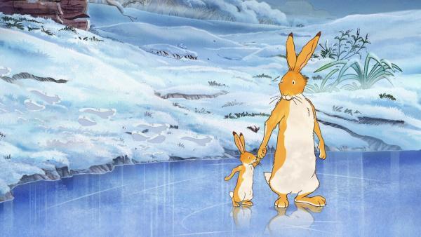 Der große braune Hase übt mit dem kleinen braunen Hasen das Eislaufen. | Rechte: KiKA/SLR Productions Australia Pty.Ltd./Scrawl Studios Pte Ltd./hr/ARD