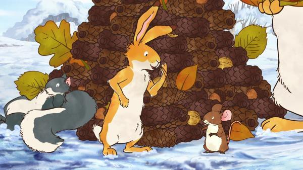 Der kleine braune Hase freut sich: Der Tannenzapfenbaum ist wieder aufgebaut!   Rechte: KiKA/SLR Productions Australia Pty.Ltd./Scrawl Studios Pte Ltd./hr/ARD