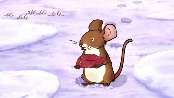 Die kleine Feldmaus hat beim Spielen einen wunderschönen Stein im Schnee gefunden. | Rechte: KiKA/SLR Productions Australia Pty.Ltd./Scrawl Studios Pte Ltd./hr/ARD