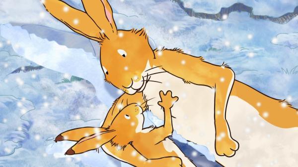 Der große braune Hase knuddelt den kleinen braunen Hasen.   Rechte: KiKA/SLR Productions Australia Pty.Ltd./Scrawl Studios Pte Ltd./hr/ARD