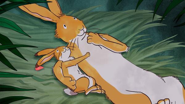 Der kleine Hase und der große Hase suchen in einer Höhle Schutz vor einem Gewitter. | Rechte: KiKA/SLR Productions Australia Pty.Ltd./Scrawl Studios Pte Ltd./hr/ARD