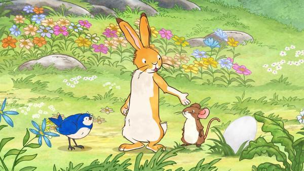 Der kleine Hase und die kleine Feldmaus finden beim Spielen auf der Wiese ein großes Ei. Es liegt aber nicht in einem Nest, sondern einfach allein und verlassen am Boden. Da kommt Blauvogel vorbei und bietet an, sich um das Ei zu kümmern. | Rechte: KiKA/SLR Productions Australia Pty.Ltd./Scrawl Studios Pte Ltd./hr/ARD