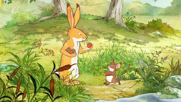 Der kleine Hase und die kleine Feldmaus entdecken herrliche, reife Erdbeeren.   Rechte: KiKA/SLR Productions Australia Pty.Ltd./Scrawl Studios Pte Ltd./hr/ARD
