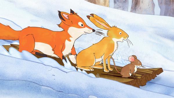 Die kleine Rotfüchsin, der kleine Hase und die kleine Feldmaus rutschen begeistert auf der Schneerutsche.  | Rechte: KiKA/SLR Productions Australia Pty.Ltd./Scrawl Studios Pte Ltd./hr/ARD