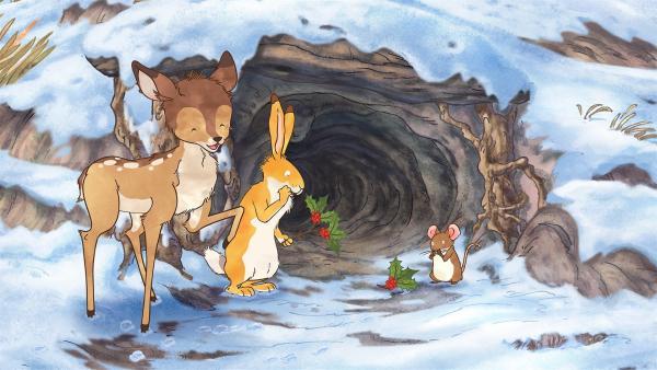 Als der kleine Hase an diesem kalten Wintermorgen von der kleinen Feldmaus geweckt wird, liegt eine Überraschung vor dem Eingang des Baumstamms – ein wunderschöner Stechpalmenzweig mit roten Beeren daran. | Rechte: KiKA/SLR Productions Australia Pty.Ltd./Scrawl Studios Pte Ltd./hr/ARD
