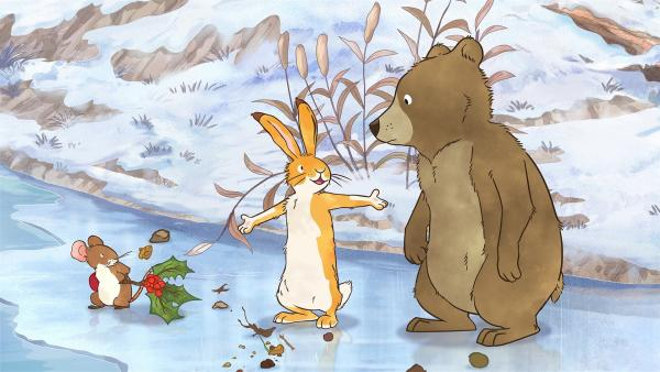 Die kleine Feldmaus und der kleine braune Hase suchen nach Spuren von Braunbärs Mama. | Rechte: KiKA/SLR Productions Australia Pty. Ltd. / Scrawl Studios Pte Ltd.
