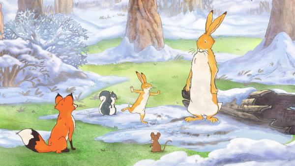 Am Morgen zeigt der kleine braune Hase seinen Freunden, wie das weiße Reh im Mondlicht getanzt hat. | Rechte: KiKA/SLR Productions Australia Pty. Ltd. / Scrawl Studios Pte Ltd.