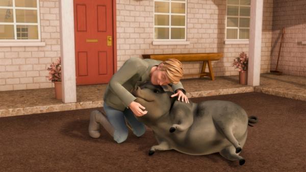 Gunnar freut sich, weil sein Schwein Elmer, das ausgebüxt war, wieder da ist. | Rechte: ZDF/Wendy and Associated Characters (c) WPL 2012