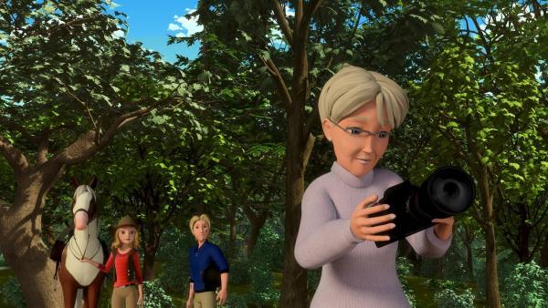 Fast wären Wendy und Christian mit Wendys Oma Herta im Wald zusammen gestoßen, die gerade im Wald Vögel für den Naturschutzverein fotografiert. | Rechte: ZDF/Wendy and AssociatedCharacters (c) WPL 2012