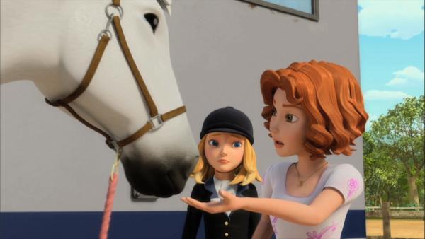 Bianca hat von Luca Pferdemints geschenkt bekommen, mit denen sie Wendys Pferd Penny füttert. | Rechte: ZDF/Wendy and Associated Characters (c) WPL 2012