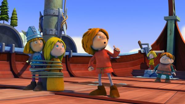 Gilby entert das Drachenboot und nimmt Wickie und Ylvi gefangen.   Rechte: ZDF/studio100 media