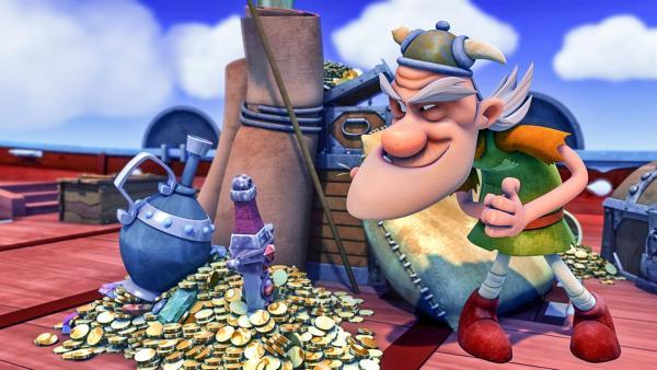 Der alte Mann steht nebem einem Haufen Goldmünzen und freut sich über diesen Schatz.   Rechte: ZDF