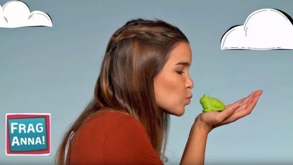 Anna küsst einen Frosch, damit er sich in einen Prinzen verwandelt. Ob das auch mit einer Kröte klappt? | Bild: BR/TEXT + BILD Medienproduktion GmbH & Co. KG | Rechte: BR/TEXT + BILD Medienproduktion GmbH & Co. KG