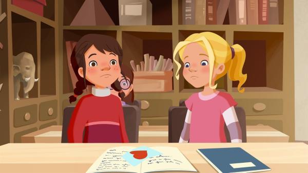 Tara findet in ihrem Schulheft einen Liebesbrief. | Rechte: ZDF/WunderWerk
