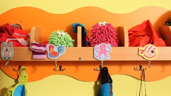 Wisch und Mop sind in der Garderobe des Kindergartens gelandet. | Rechte: NDR/Trikk17