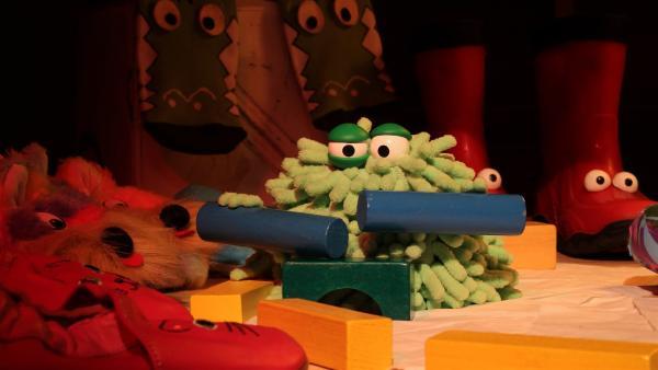 Wisch und Mop haben wieder Spaß im Kindergarten und veranstalten eine lustige Zirkusvorstellung. Mop macht auf Bauklötzen einen Trommelwirbel. | Rechte: NDR/Trikk17