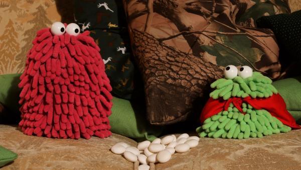 Wisch und Mop finden sich nach einer Kissenschlacht auf einmal in einem Märchenwald wieder. | Rechte: NDR/Trikk17