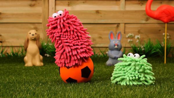 Wisch und Mop finden einen Ball im Garten. Damit lässt sich doch was anfangen. | Rechte: NDR/Trikk17
