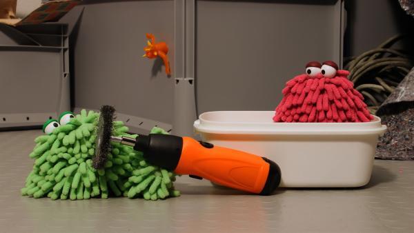 Wisch und Mop versuchen sich als Automechaniker. | Rechte: NDR/Trikk17