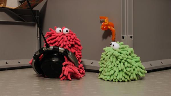 Wisch und Mop haben auch eine Fernbedienung dafür gefunden. | Rechte: NDR/Trikk17