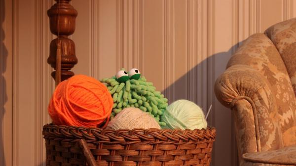 Wisch und Mop sind heute im Wohnzimmer unterwegs und finden einen Wollkorb mit neonfarbener Wolle.   Rechte: NDR/Trikk17