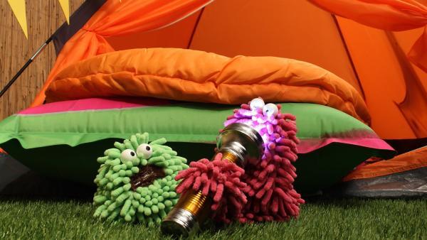 Wisch & Mop spielen mit einer Taschenlampe. | Rechte: NDR/Trikk17