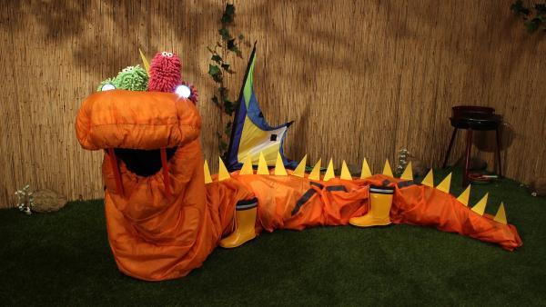 Die beiden haben ein Zelt in einen Drachen umgewandelt - Taschenlampen stellen die Augen dar. | Rechte: NDR/Trikk17