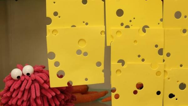 Wisch tobt sich am Käse aus. | Rechte: NDR/Trikk17