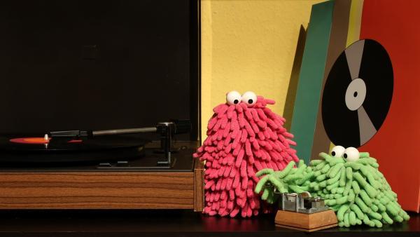 Mit Plattenspieler und Spieluhr machen Wisch & Mop ihre ganz eigene Musik. | Rechte: NDR/Trikk17