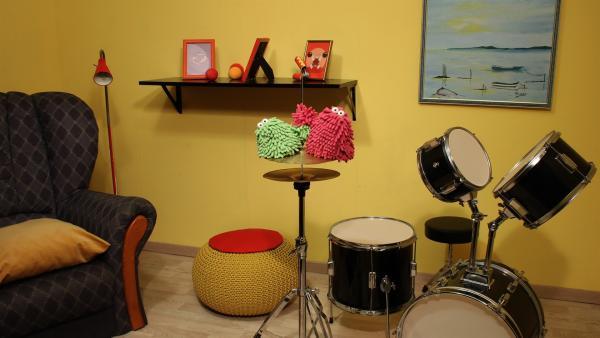 Wisch & Mop haben mal wieder ein neues Spielzeug: ein Schlagzeug! | Rechte: NDR/Trikk17