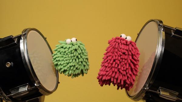 Die beiden nutzen das Schlagzeug als Trampolin. | Rechte: NDR/Trikk17