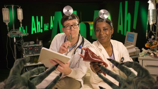 Shary und Ralph hören heute mit Knochen, sie zeigen, wie jeder mit fünf Fingern bis 31 zählen kann. | Rechte: WDR/Thorsten Schneider