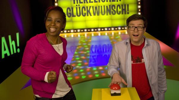 Shary und Ralph rauchen heute die Köpfe, denn sie stecken in einem riesigen Kreuzworträtsel. | Rechte: WDR/Thorsten Schneider