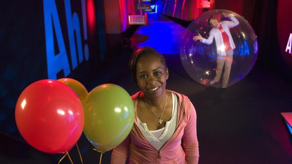 Shary und Ralph zeigen heute eine richtig große Blase, in der es sich prima leben lässt. Außerdem spielen sie mit dem Feuer und geben Antworten auf viele weitere Fragen. | Rechte: WDR/Thorsten Schneider