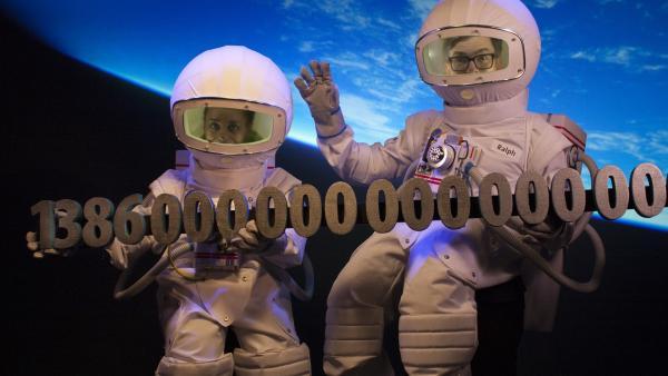 1368 Trillionen Liter Wasser soll es auf der Erde geben. Einige davon befinden sich im Studio bei Shary und Ralph: Das Ah!-Team sucht nach dem Meeresspiegel, findet heraus, ob er wirklich steigt, wenn sich das Klima verändert – und woher der Blaue Planet seine Farbe hat. | Rechte: WDR/Thorsten Schneider