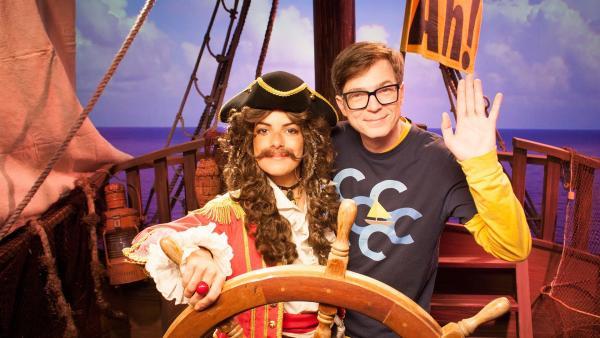 Während Käpt'n Clarissa das Steuer auf hoher See sicher in der Hand hat, kämpft Ralph mit seiner Seekrankheit. | Rechte: WDR/Thorsten Schneider