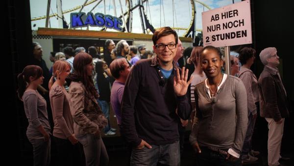 Shary und Ralph warten in einer Schlange. | Rechte: WDR/Thorsten Schneider