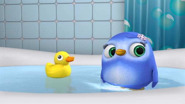 Pinguinmädchen Peggy spielt in Wisspers Badewanne mit einem Quietsche-Entchen   Rechte: ZDF/m4e