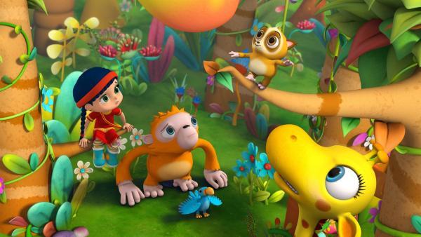 Wissper, Orang-Utan Oskar, Vogel Otis und Giraffe Gertie (von links nach rechts) schauen ängstlich nach oben, wo ein Affenbaby auf einem Zweig balanciert. | Rechte: ZDF/m4e